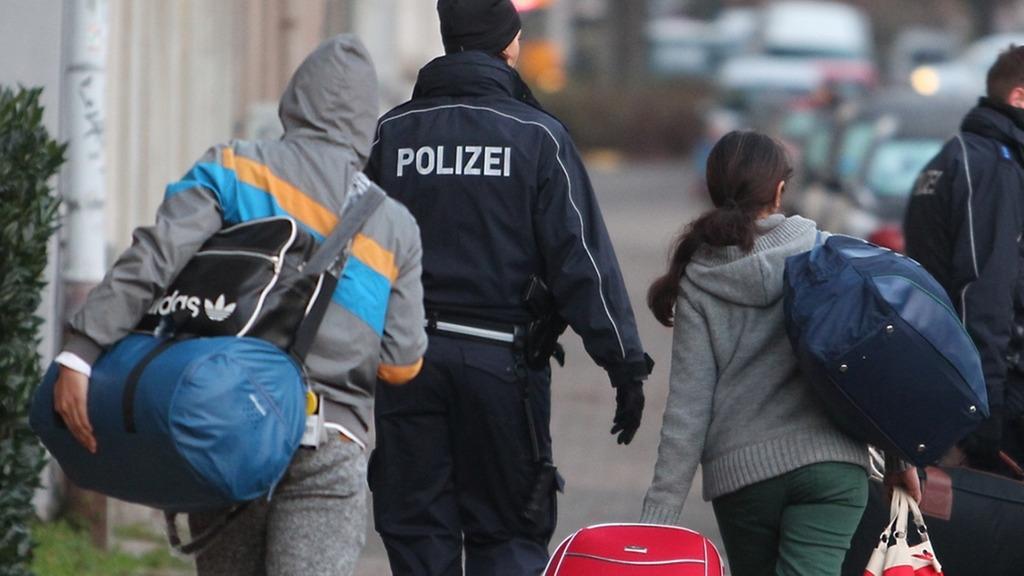 Abgelehnte Asylbewerber werden zum Transport zum Flughafen abgeholt.