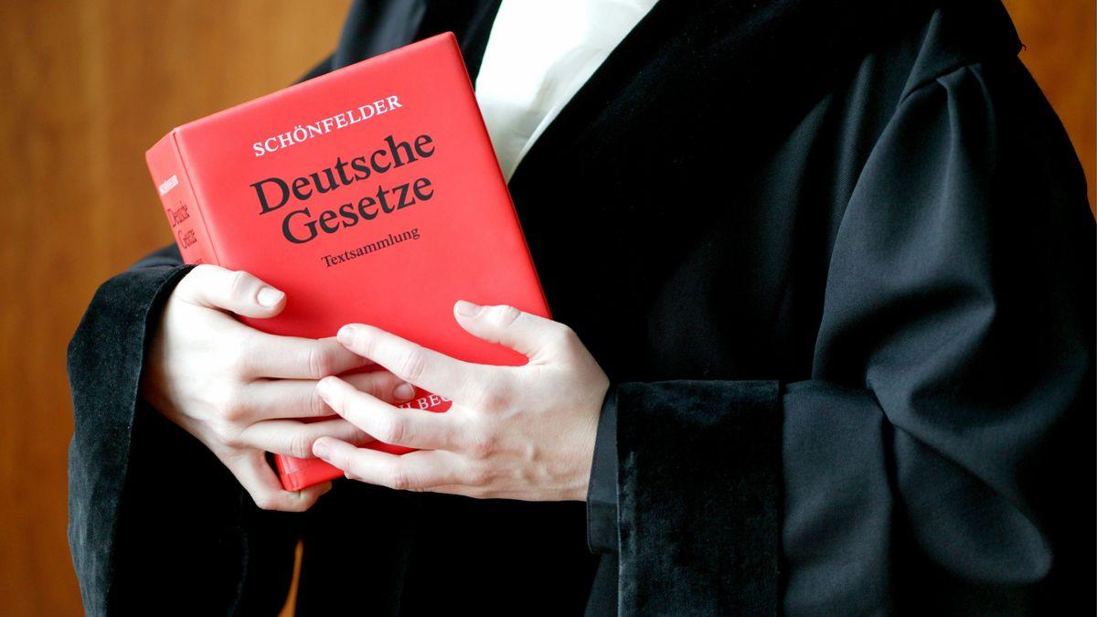 Symbolbild: Staatsanwalt mit Gesetzbuch