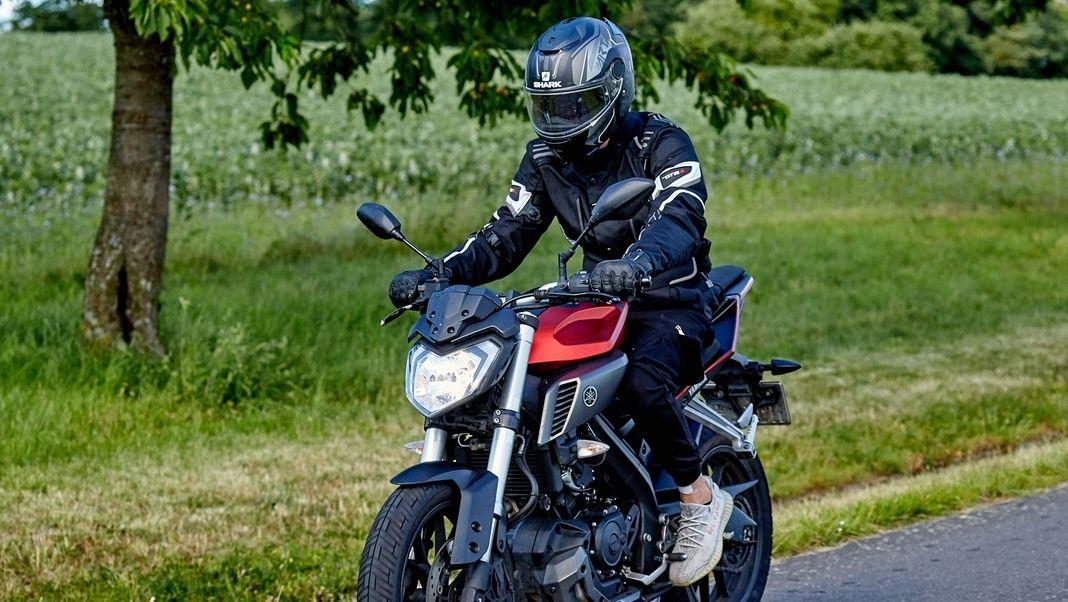 Motorradfahrer auf einer Yamaha mit 125 ccm.