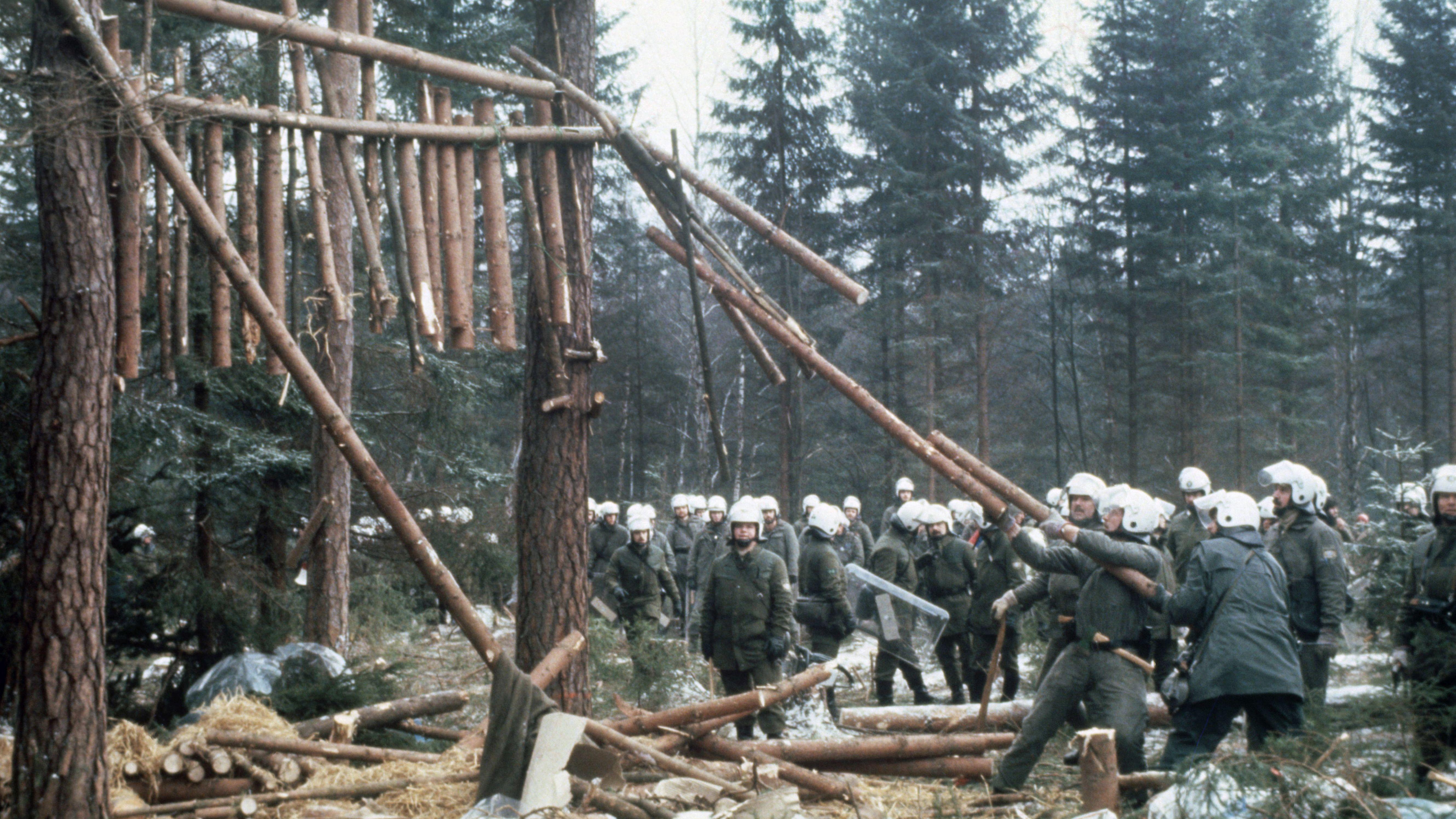 """Das 1985 auf dem gerodeten WAA-Gelände im Taxöldener Forst entstandene Hüttendorf """"Wackerland"""" wird im Januar 1986 von der Polizei geräumt."""