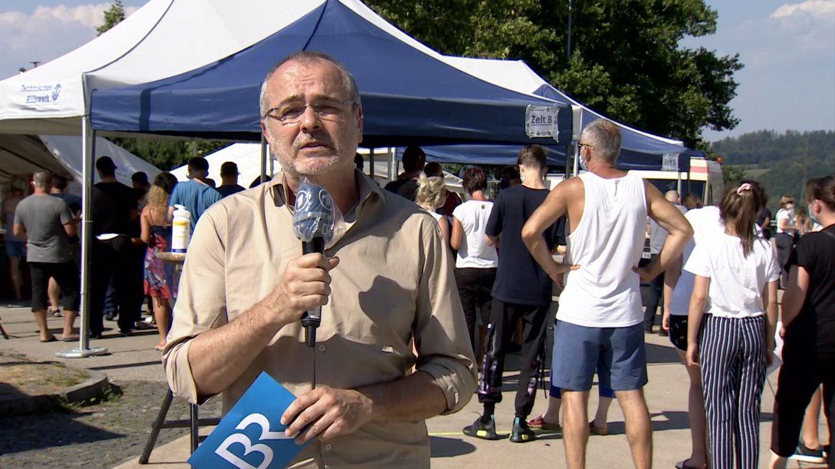 BR-Reporter Martin Gruber vor der Corona-Teststation an der A3 bei Passau