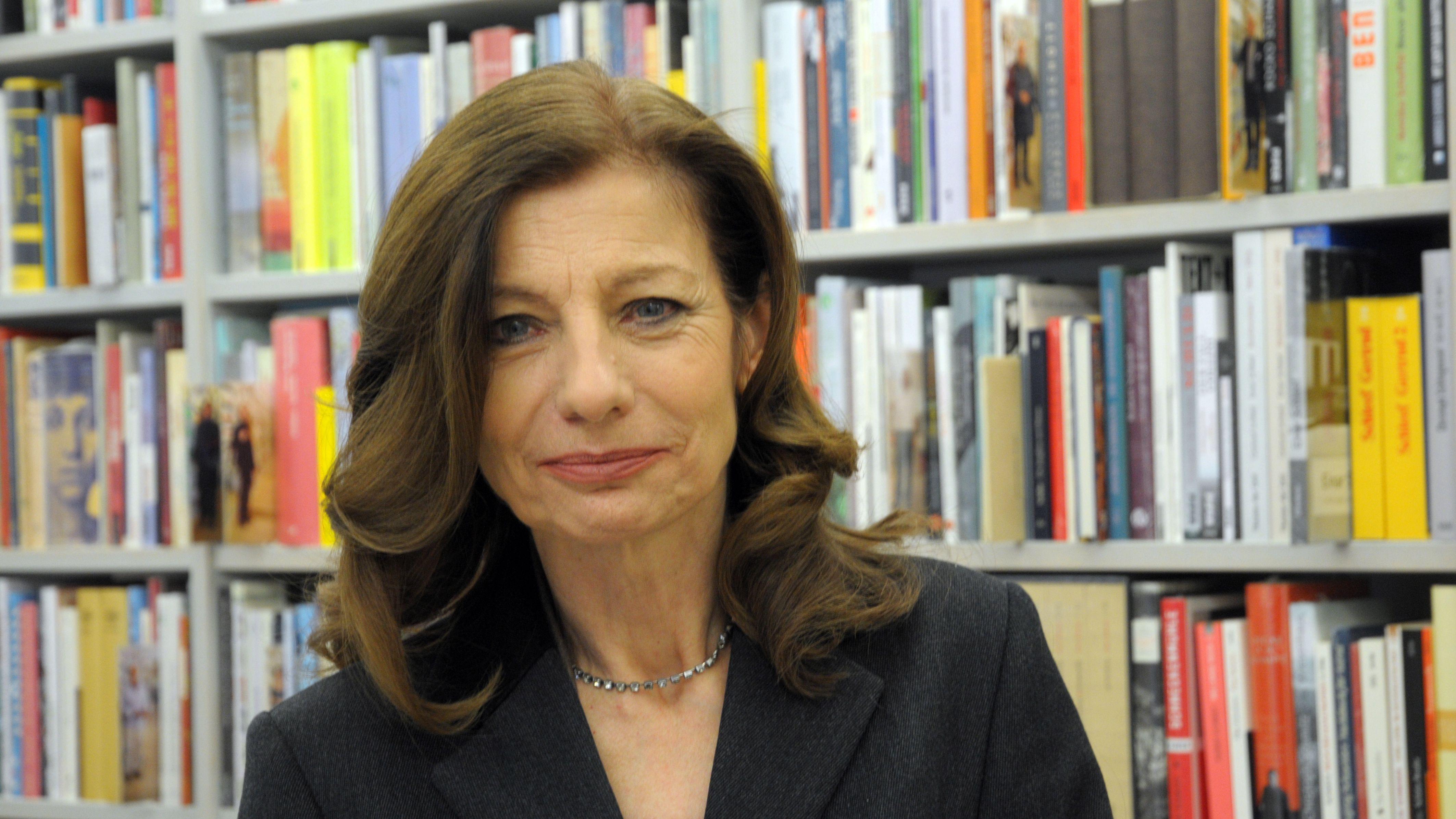 Ursula Krechel vor einem Bücherregal