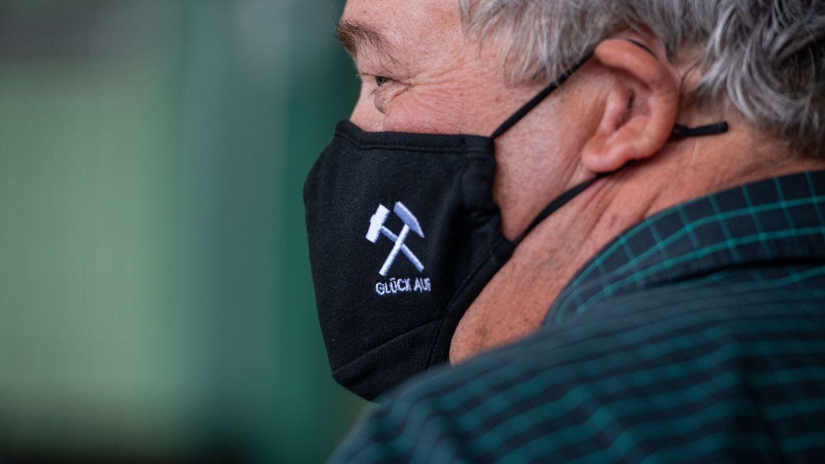 Ein Besucher des ehemaligen Bergwerks Ost in Hamm mit Schutzmaske