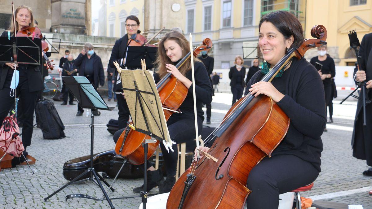Cello-Spielerinnen auf dem Odeonsplatz