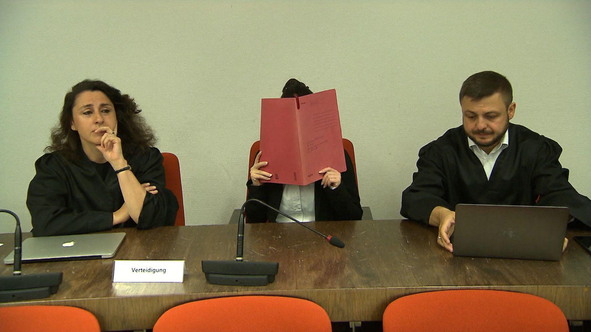 Die Angeklagte zwischen ihren Anwälten