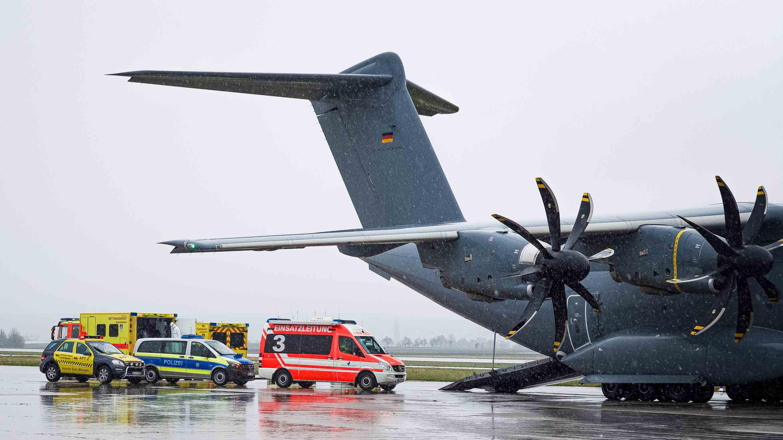 Stuttgart: Bundeswehr verlegt Corona-Patienten aus der französischen Stadt Straßburg nach Ulm.