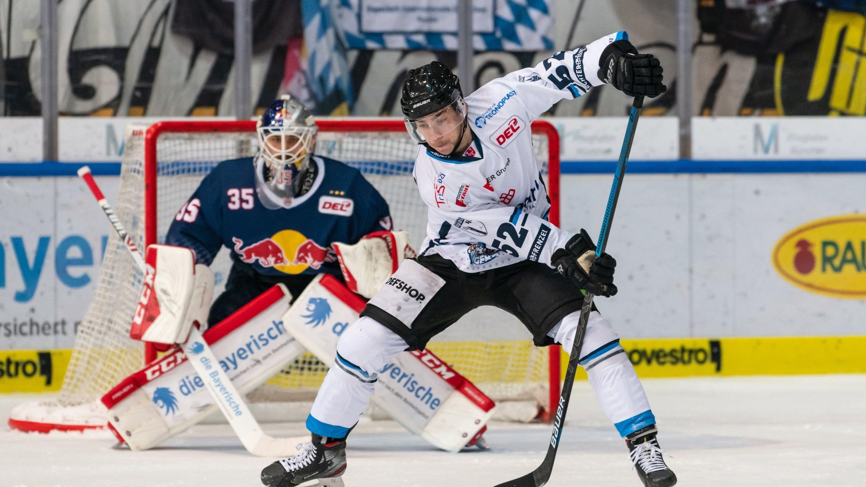 Sven Ziegler (Straubing Tigers) vor Kevin Reich (EHC Red Bull München)