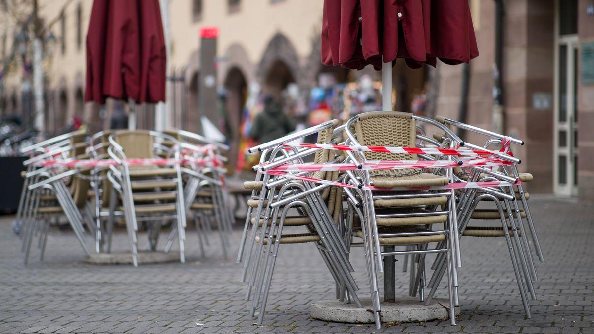 Übereinander gestapelte Stühle im Außenbereich einer Gaststätte in Nürnberg