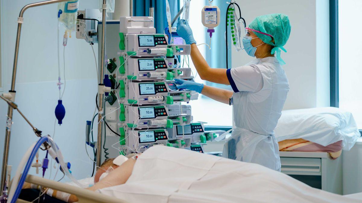 Mitarbeiterin betreut einen Coronapatienten auf der Intensivstation