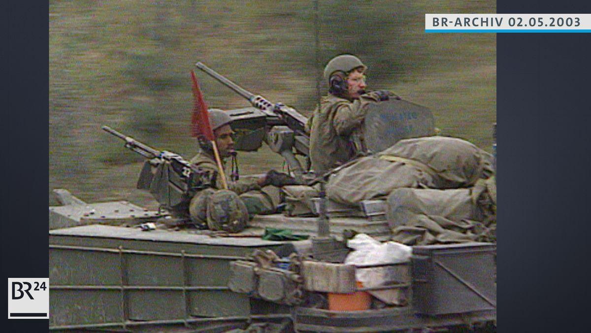 Zwei Soldaten der US-Army schauen aus den Luken eines Panzers