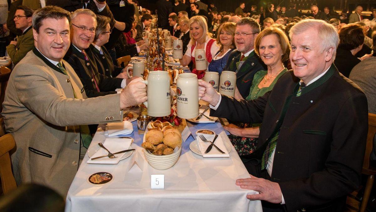 Ministerpräsident Markus Söder (CSU) und Bundesinnenminister Horst Seehofer (CSU) beim Bieranstiech auf dem Nockherberg 2018.