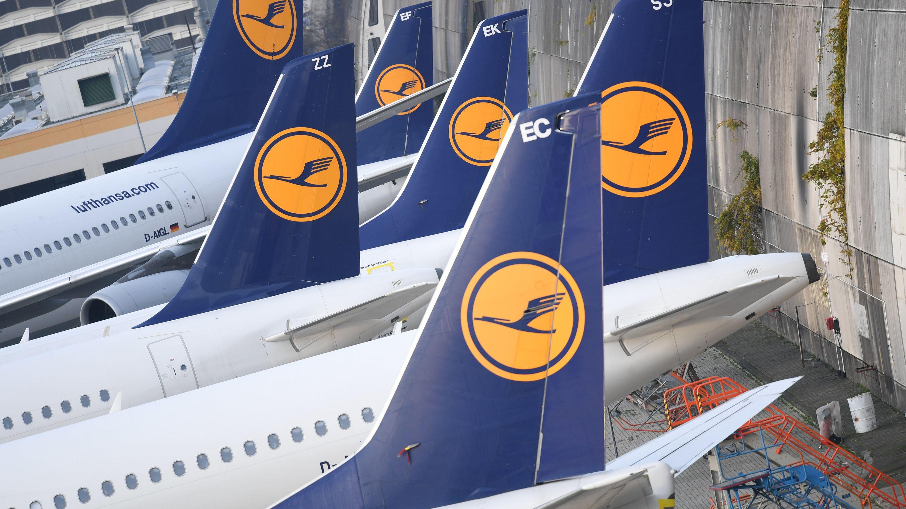 Lufthansa-Maschinen parken am Rande des Vorfeldes in Frankfurt