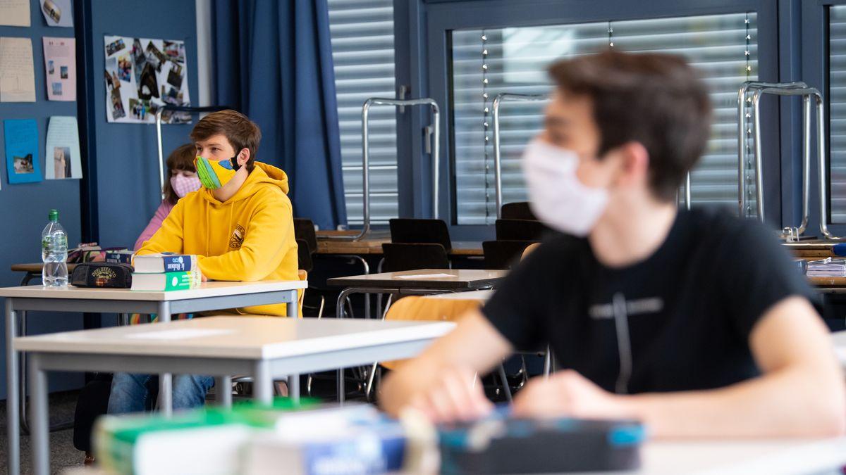 """Nach monatelangem Ausnahmezustand gibt es seit Schuljahresbeginn offiziell wieder normalen """"Regelunterricht"""" an Bayerns Schulen. Archivbild."""