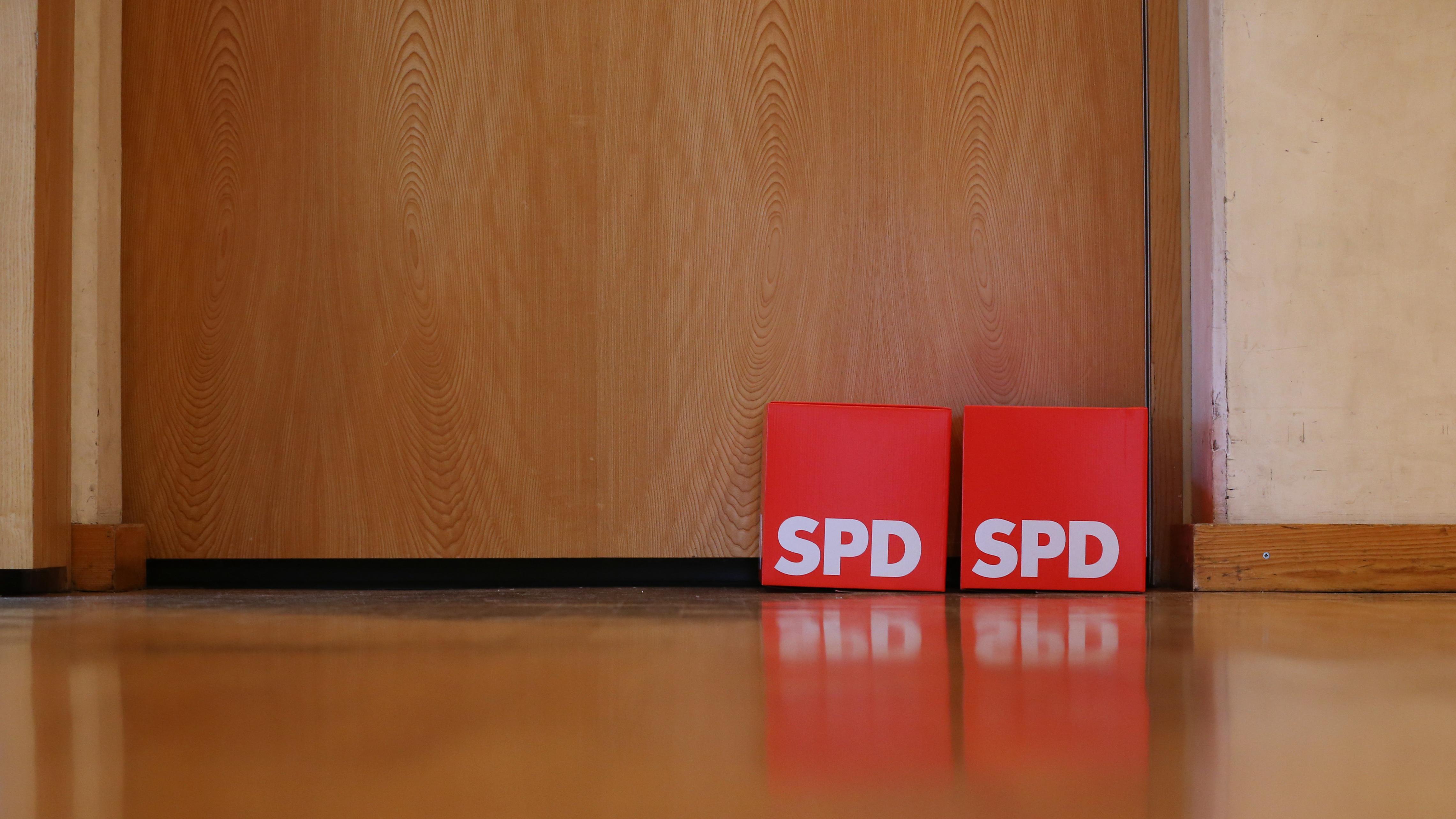 """""""Wahlurnen"""" der SPD stehen beim kleinen Parteitag der Bayern-SPD vor einer Tür"""