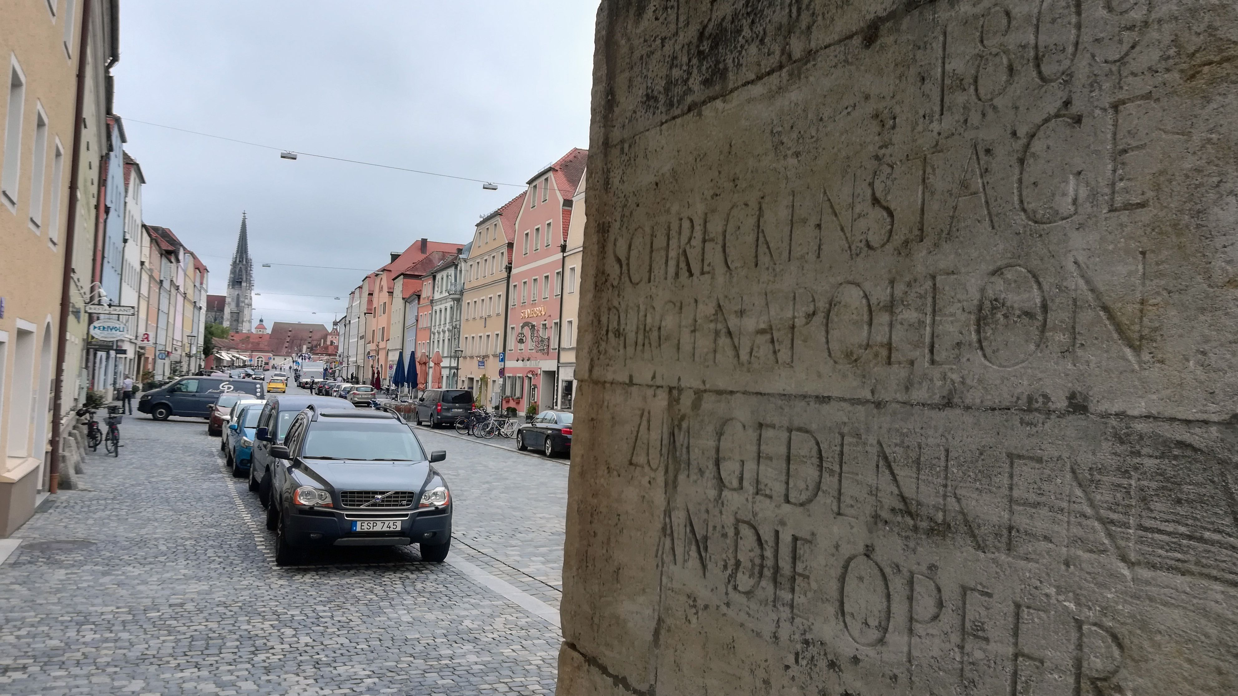 """Kaum zu entziffern: """"Schreckenstage duch Napoleon"""". Vor zehn Jahren ließ die Stadt diese umstrittene Inschrift in Stadtamhof anbringen."""