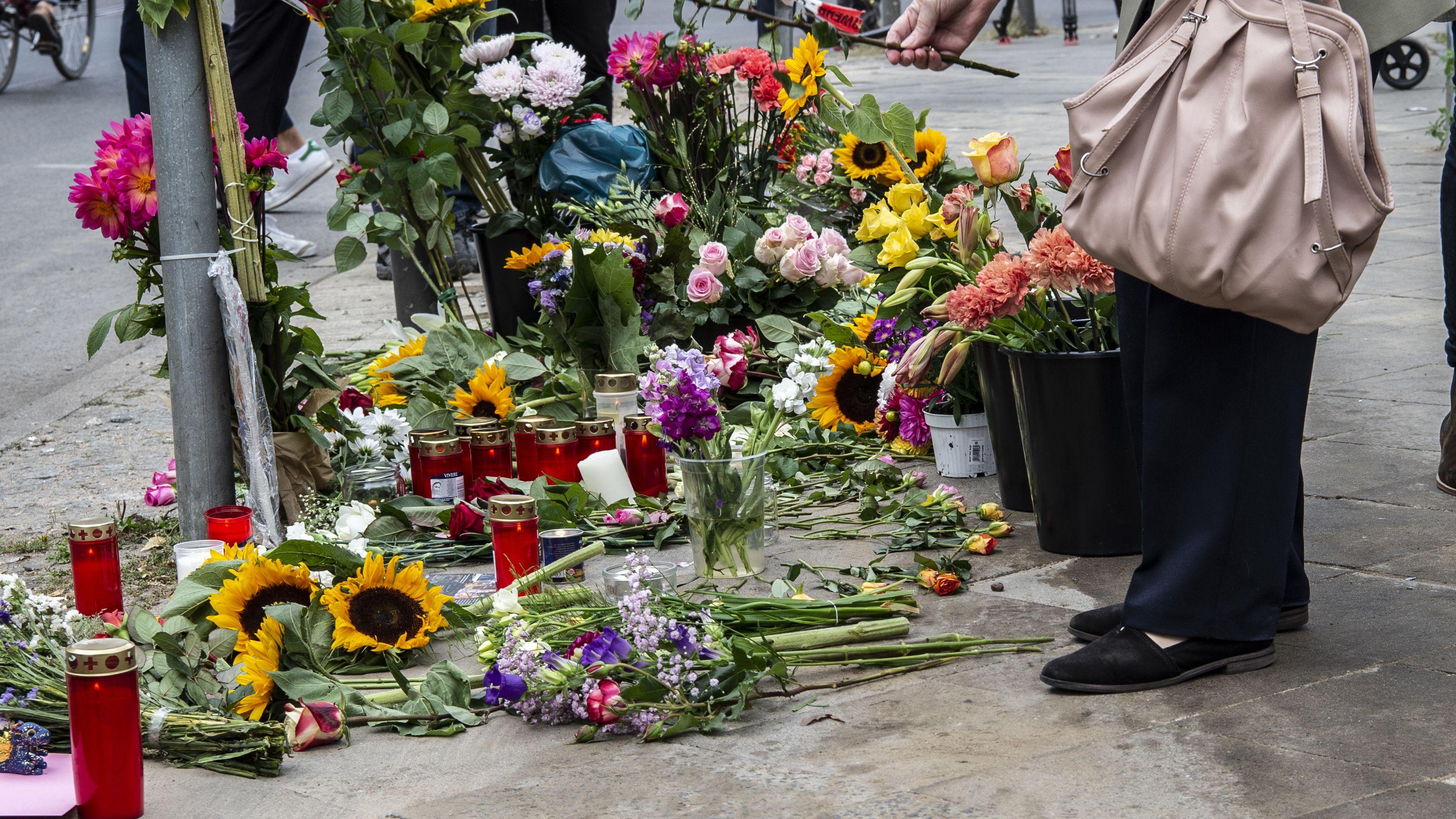 Eine Frau legt Blumen an der Stelle in Berlin-Mitte ab, an der am 06.09.2019 vier Menschen bei einem Verkehrsunfall gestorben waren.