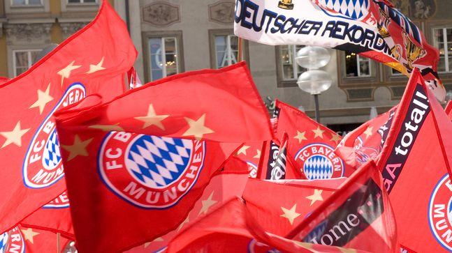 Fans schwenken FC Bayern-Fahnen (Symbolbild)