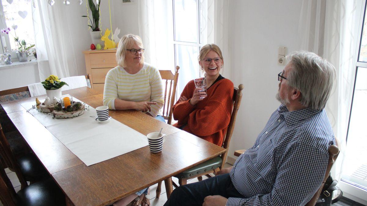 Drei Personen an einem Tisch