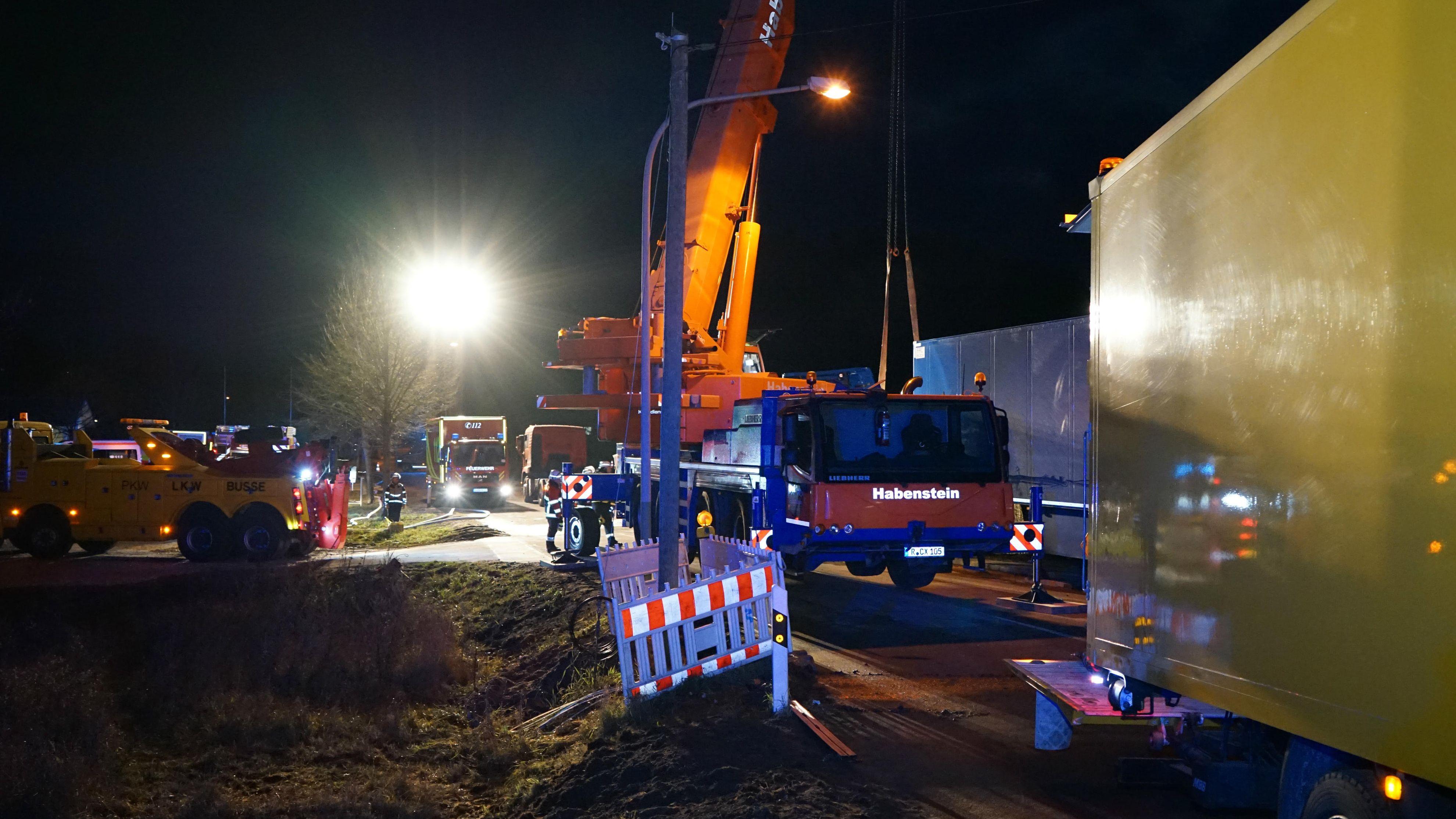 Die Bergung des Lastwagens dauerte bis zum Abend.