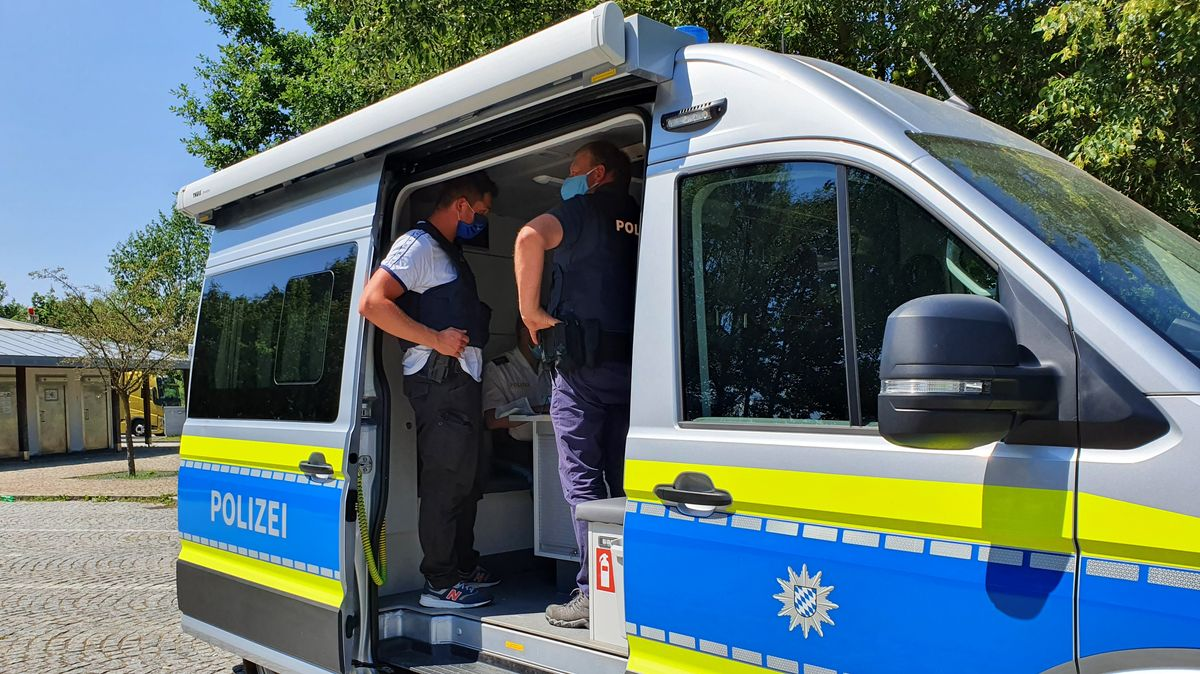 Die Polizei kontrolliert bei sich im Fahrzeug die Daten der Auto-Insassen