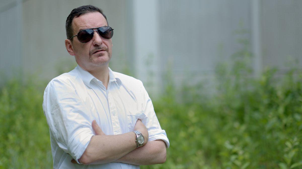 Franz Dobler mit Sonnenbrille und weißem Hemd vor einem Stück Wiese