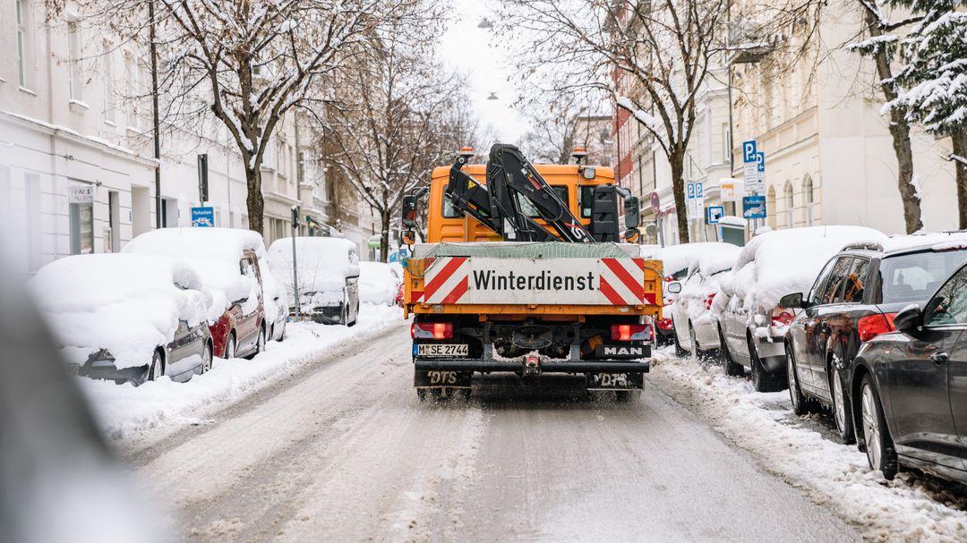 Ein Winterdienst-Fahrzeug auf einer Straße in München