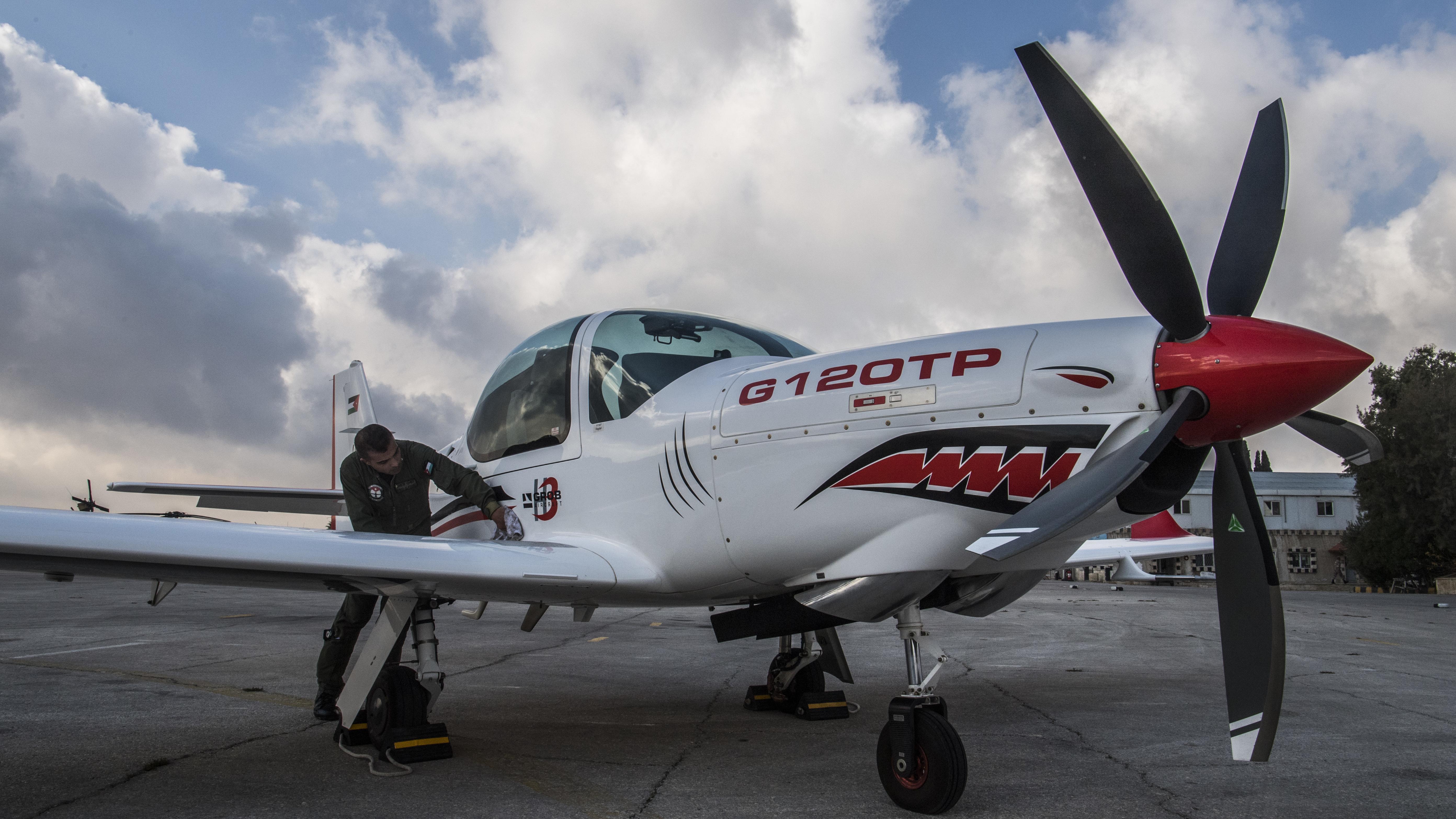 Das Propellerflugzeug GROB G 120TP steht auf einem Flughafen in Amman