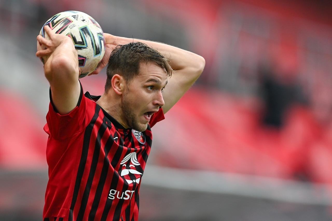 Michael Heinloth vom FC Ingolstadt beim Einwurf