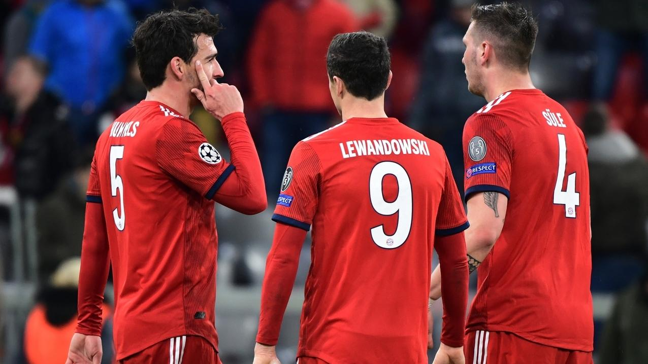 Münchens Mats Hummels (l-r), Robert Lewandowski und Niklas Süle diskutieren nach der 1:3-Niederlage.