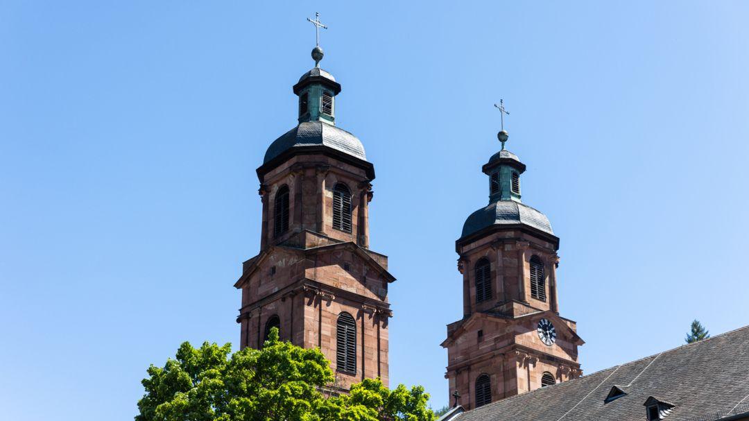 Die Kirchtürme von St. Jakobus in Miltenberg.