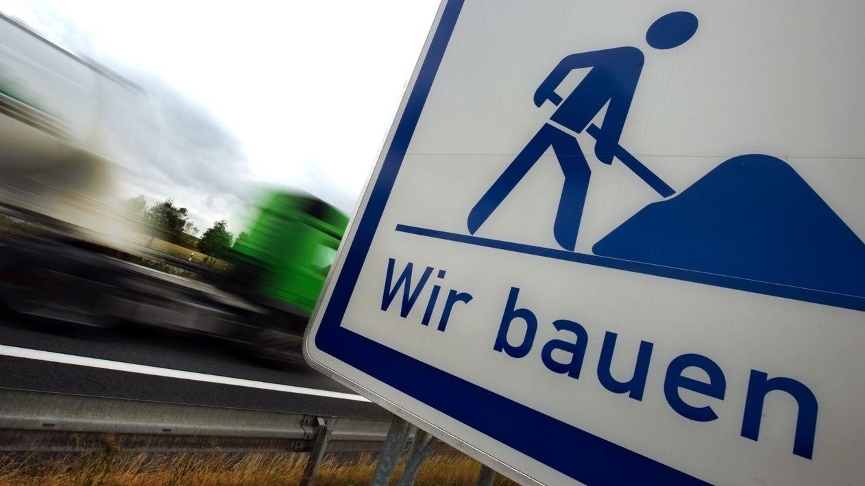 Ein Baustellen-Hinweisschild an einer Autobahn-Baustelle.