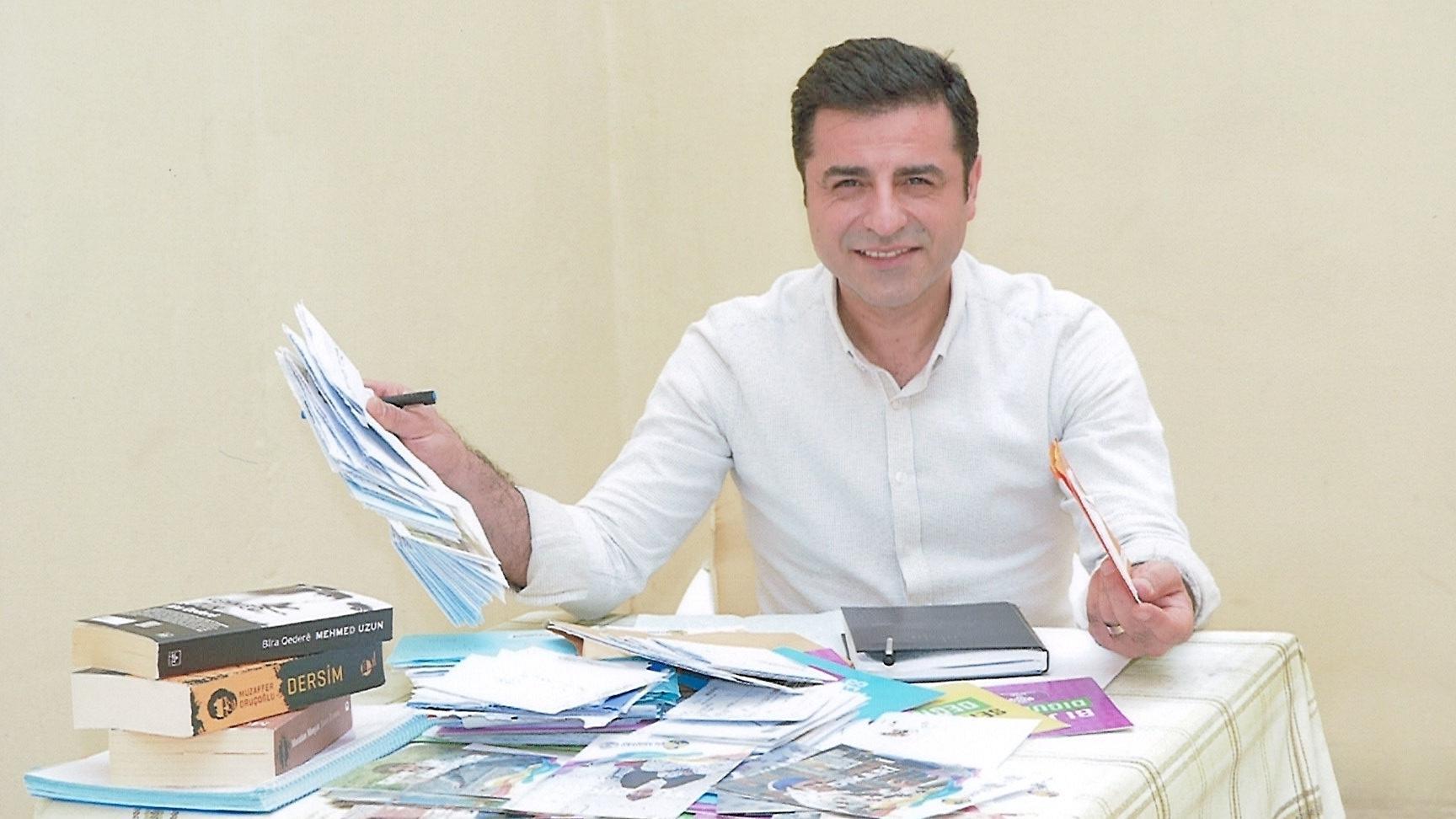 Selahattin Demirtaş an einem Büchertisch