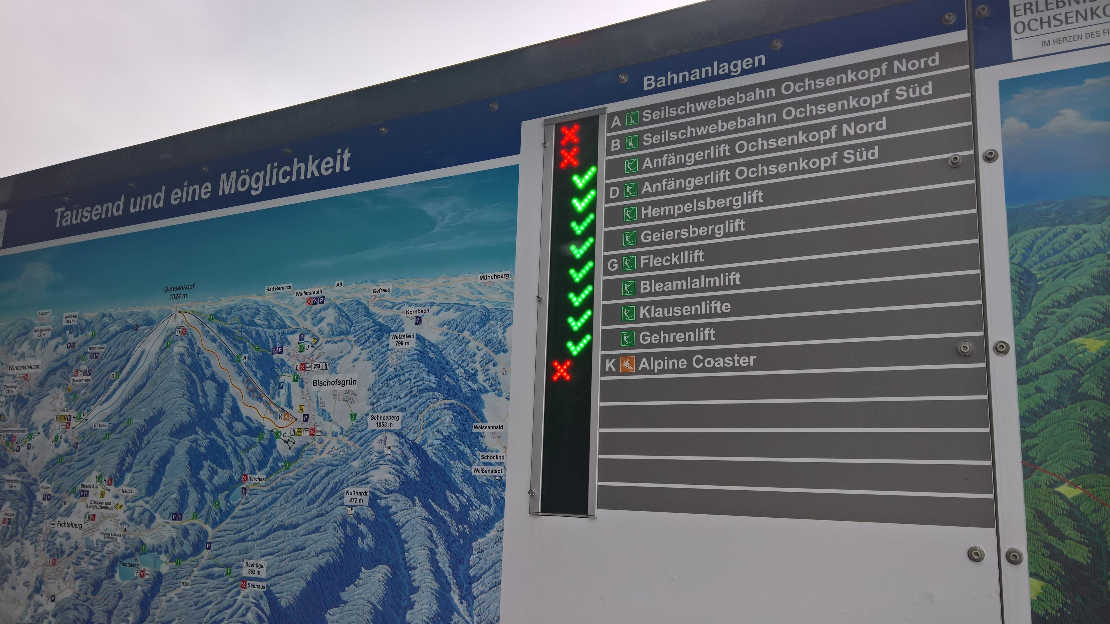Anzeigetafel der Bahnanlagen am Ochsenkopf: ein rotes Kreuz vor den Seilschwebebahnen Ochsenkopf Nord und Süd zeigt an, dass die Bahnen nicht in Betrieb sind.  Vor den Anfängerliften ist ein grüner Haken.