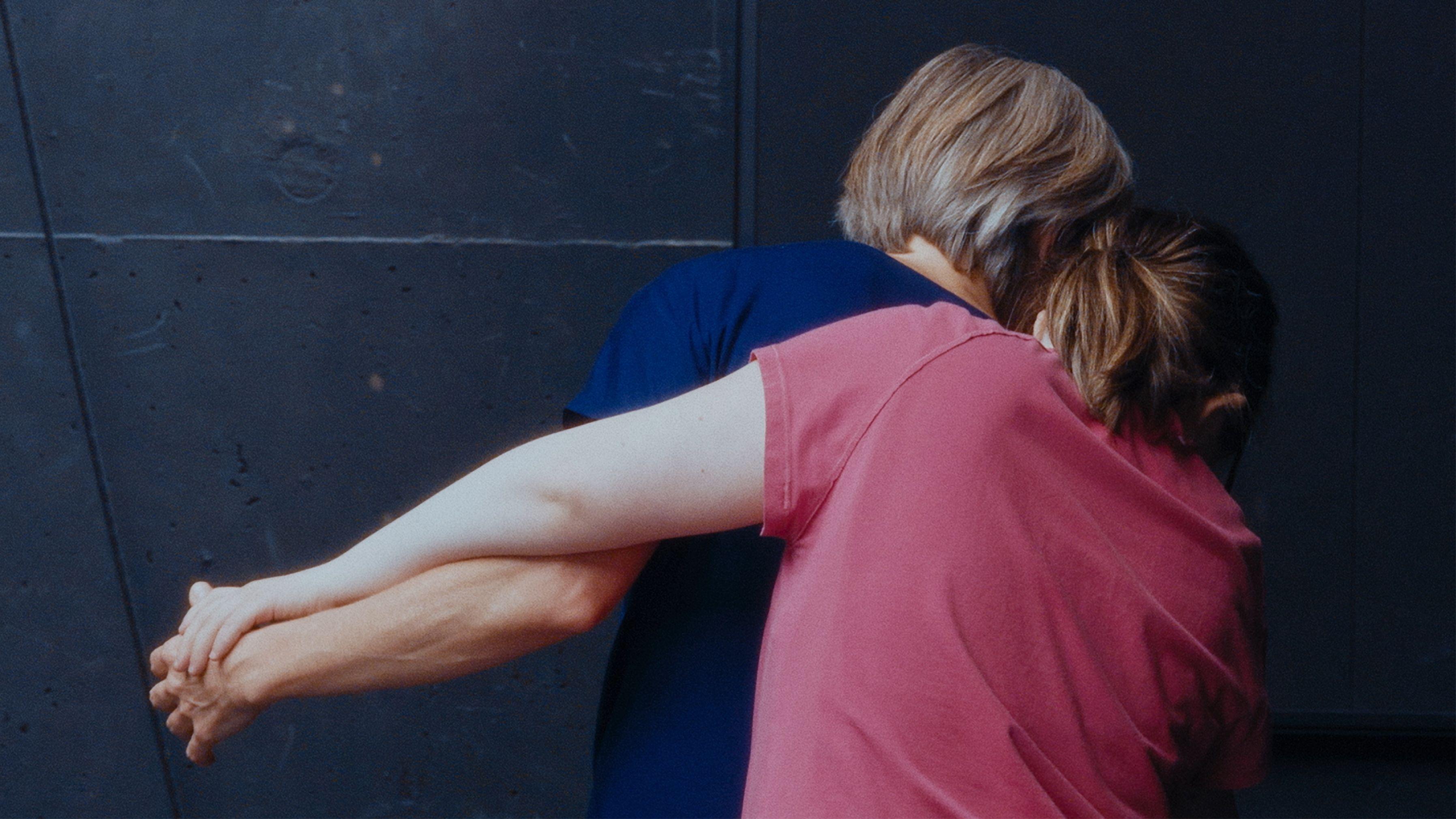 """Filmszene aus """"Isadoras Kinder"""": Ein Paar tanzt eng beieinander (Rückenansicht)"""