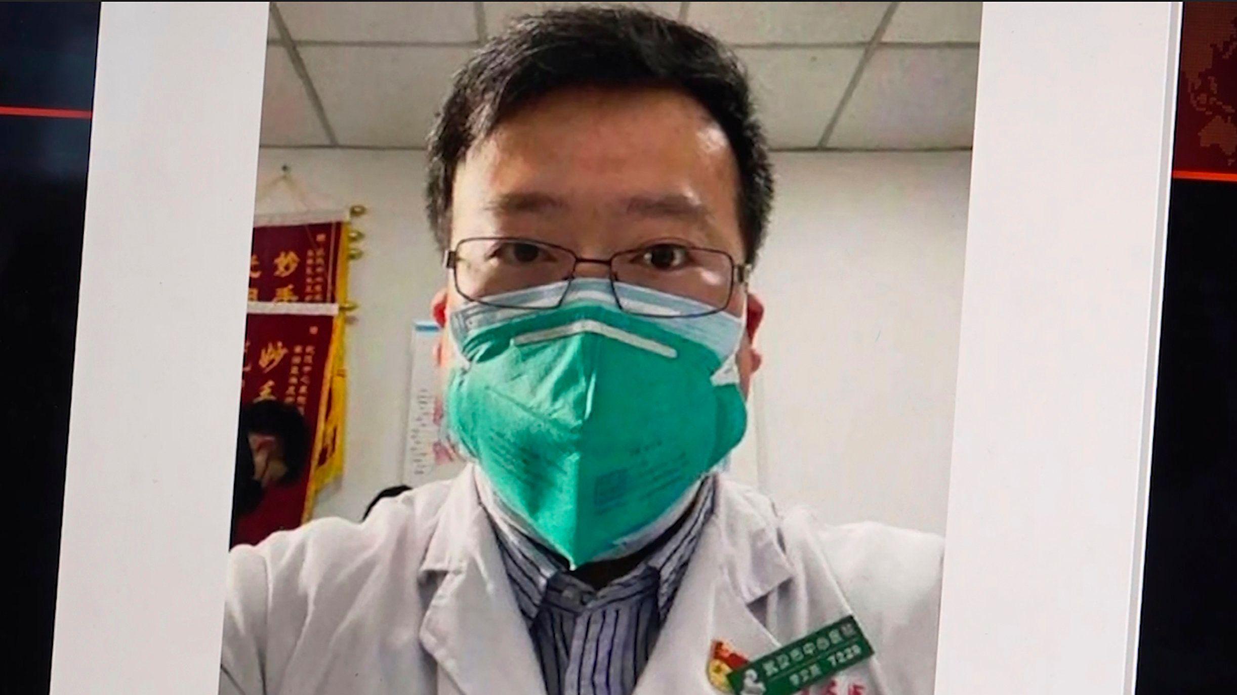 Dieses Bild aus dem Video, zeigt ein Selfie von Dr. Li Wenliang. Nach dem Tod des chinesischen Arztes Li Wenliang, der frühzeitig vor dem Ausbruch des neuartigen Coronavirus gewarnt hatte, hat die chinesische Regierung eine offizielle Untersuchung gestartet.