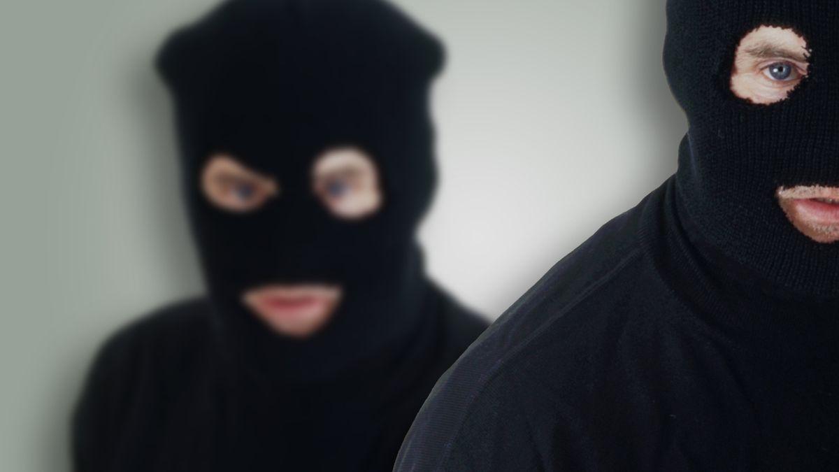 Personen mit schwarzenSturmhauben (Symbolbild)