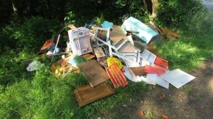 Ein Teil der illegalen Müllablagerung im Wald bei Gleißenberg