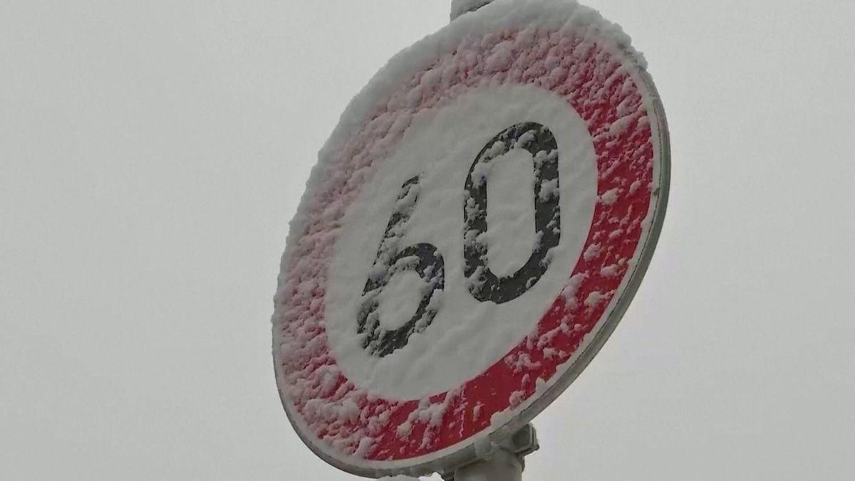Verschneites 60-km-Schild