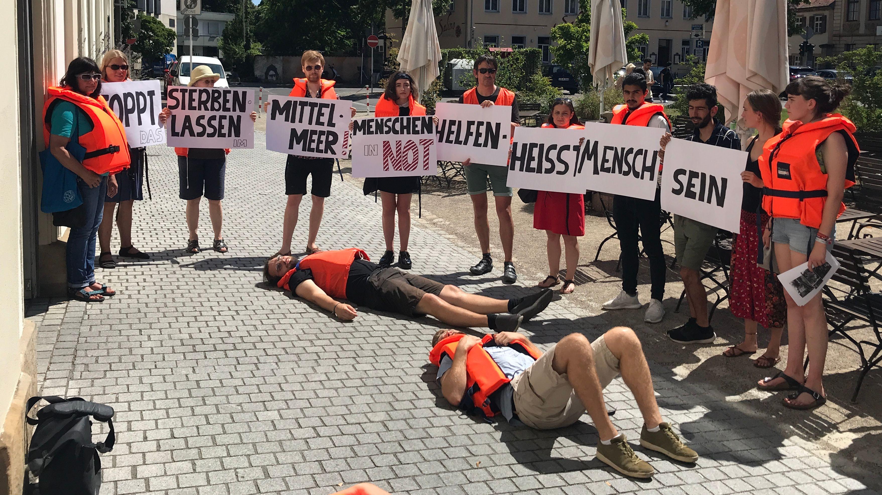 Vor der Stadtratssitzung in Bamberg demonstrieren Teilnehmer für die Initiative Seebrücke