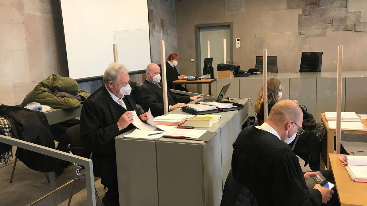 Der Angeklagte (links) mit seinen Anwälten im Sitzungssaal