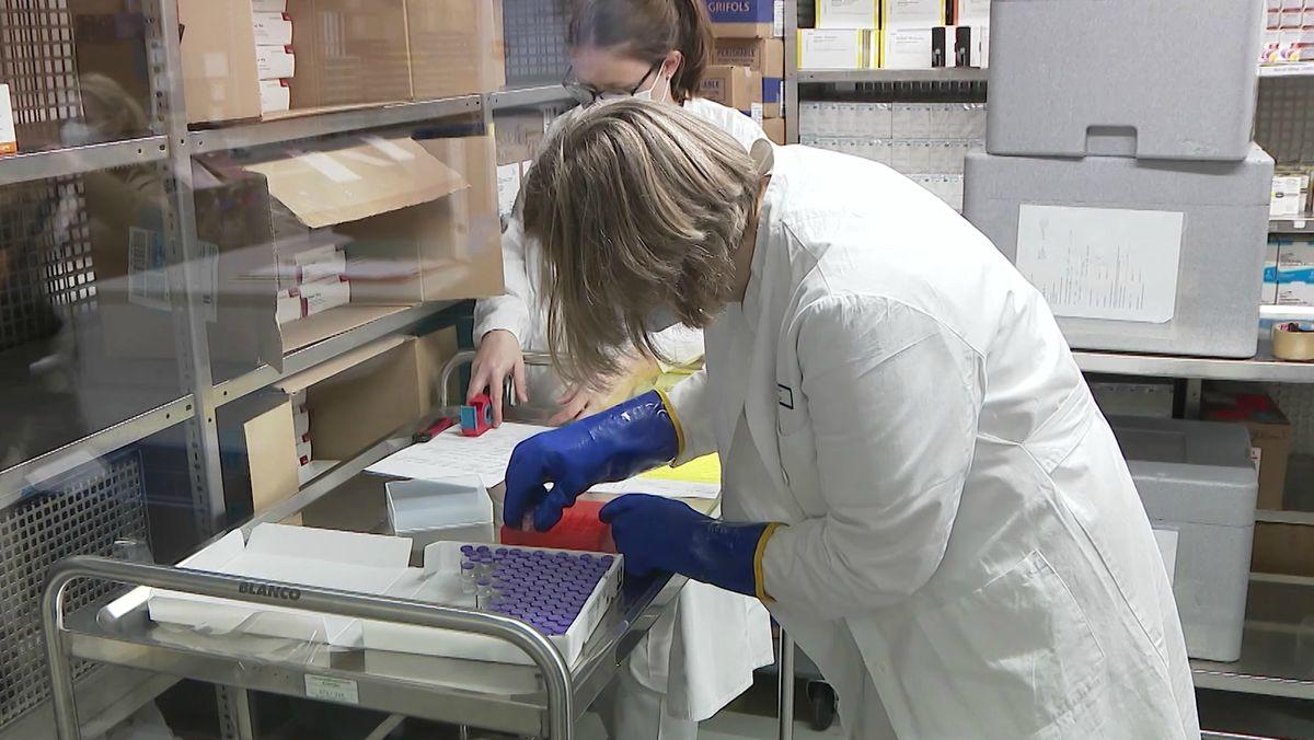 Impfstoffdosen werden verteilt.