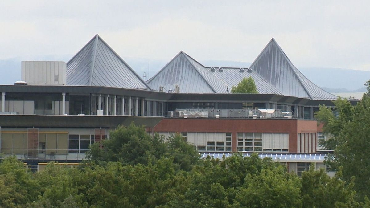 Die spitzen Dächer des Klinikums Bayreuth, davor Bäume.