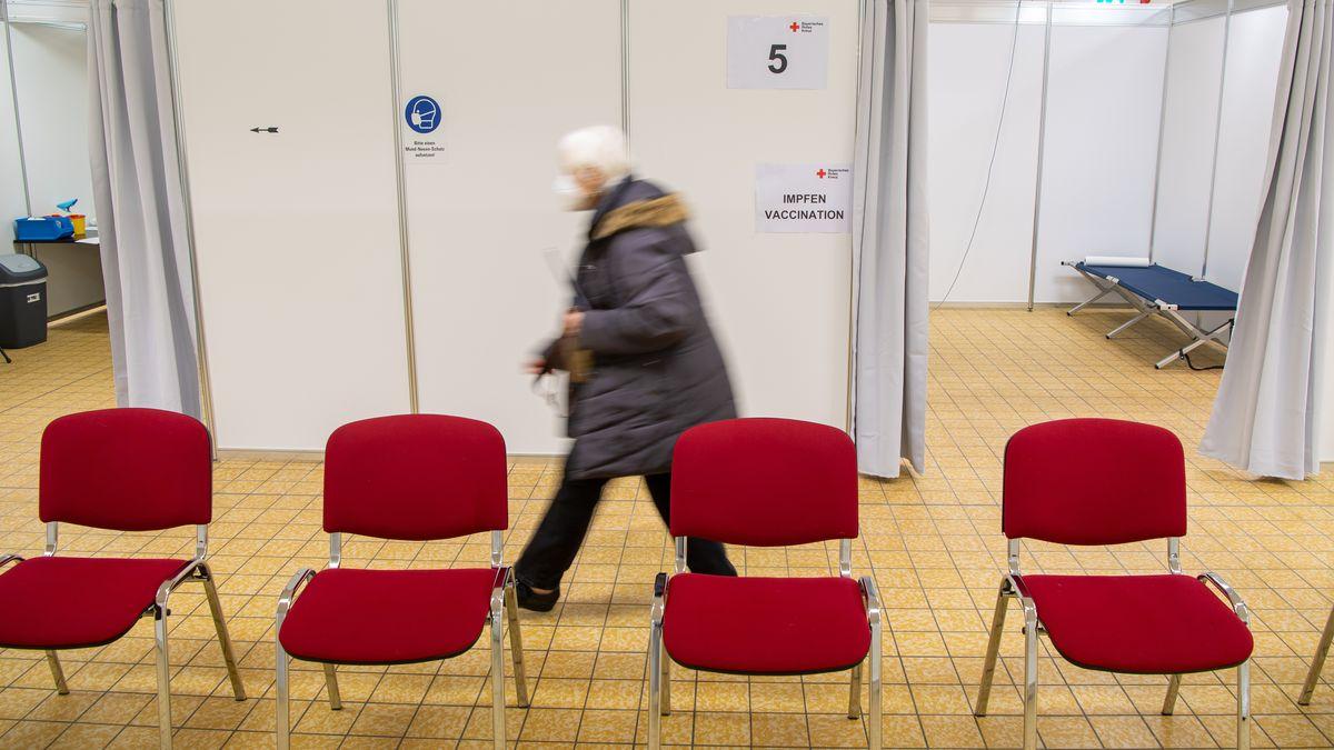 Frau geht nach ihrer Impfung im Impfzentrum Fürstenfeldbruck zum Ruhebereich