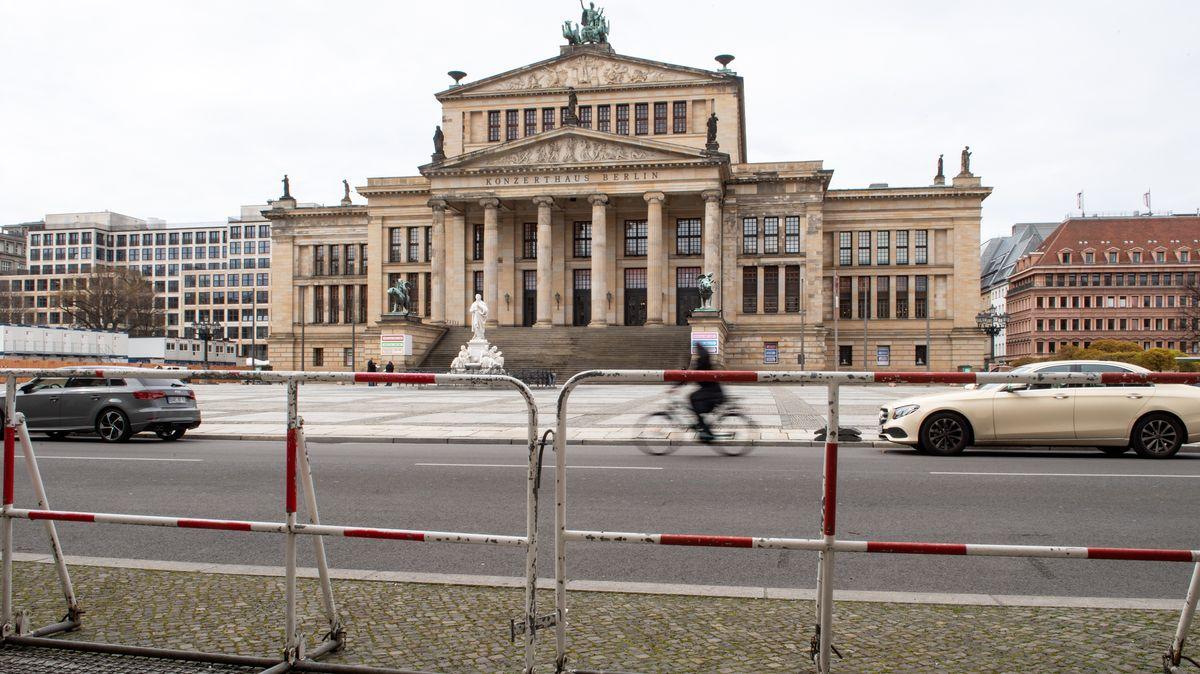 Konzerthaus am Gendarmenmarkt mit Polizeiabsperrungen.