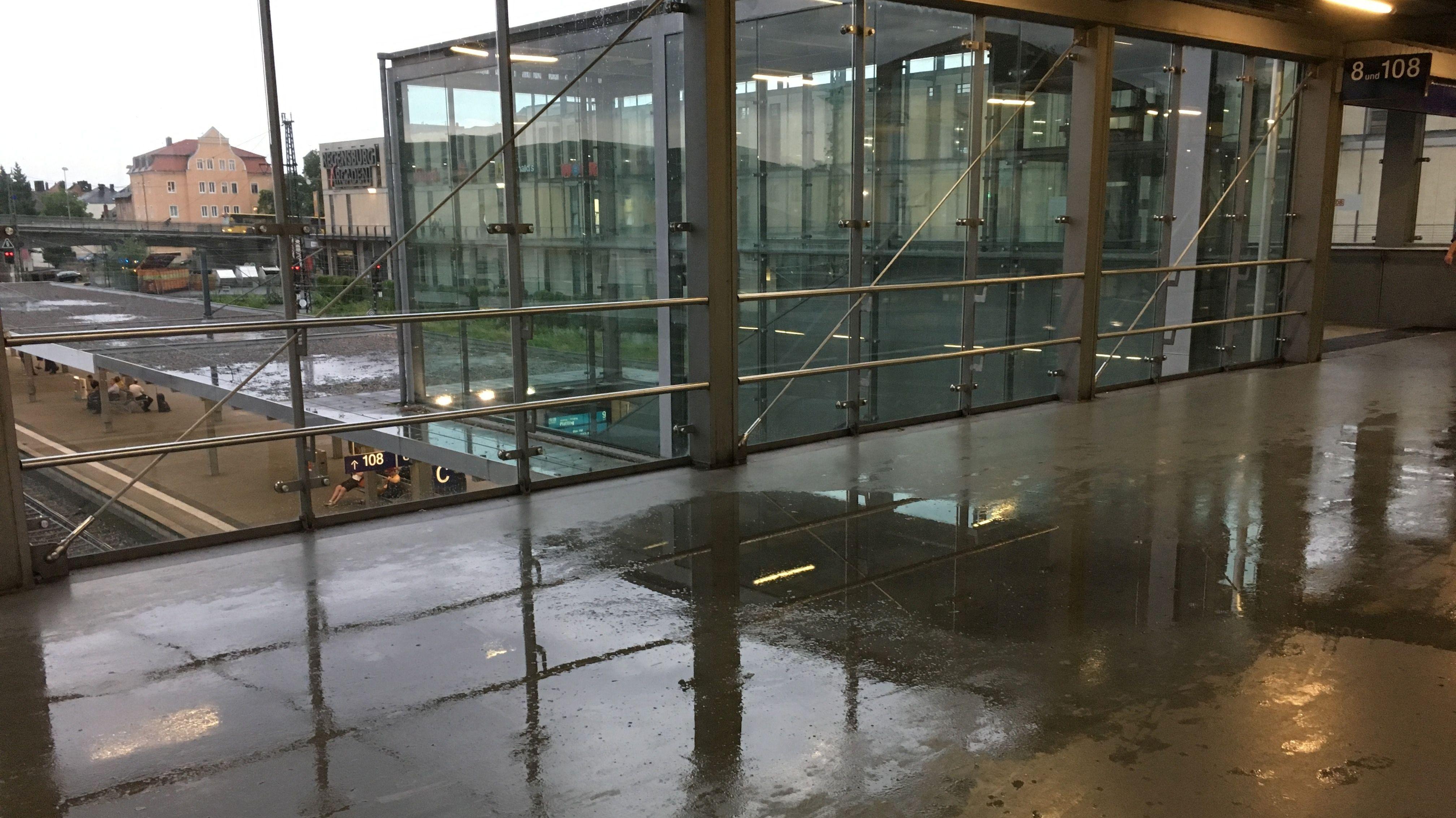 Überschwemmungen in den Arcaden und am Hauptbahnhof Regensburg