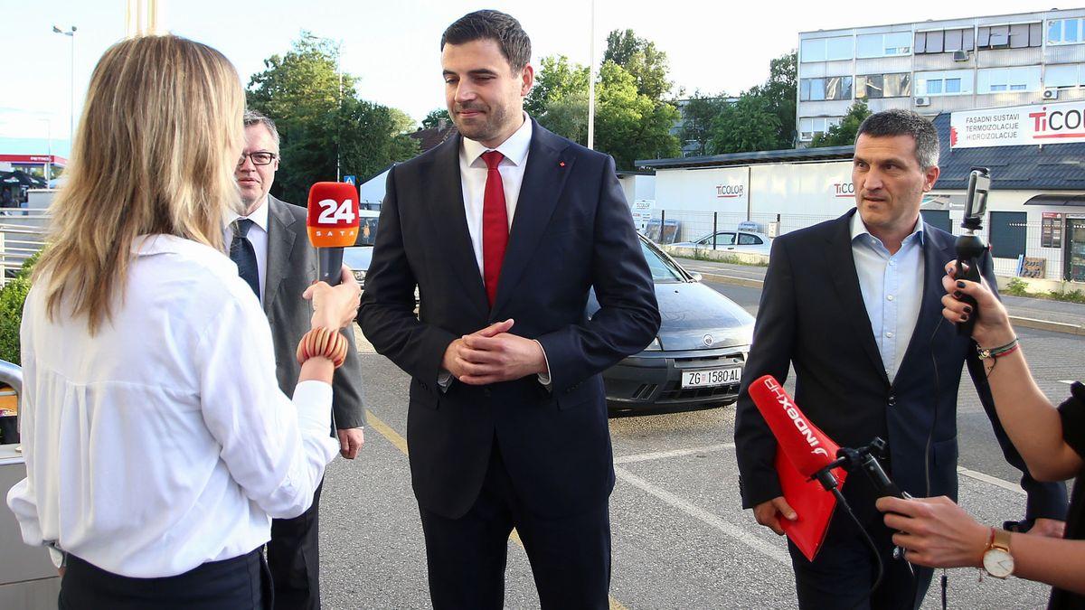 Eine Reporterin interviewt Bernadic (Mitte). Ministerpräsident Plenkovic steht rechts neben ihm und schaut zu.