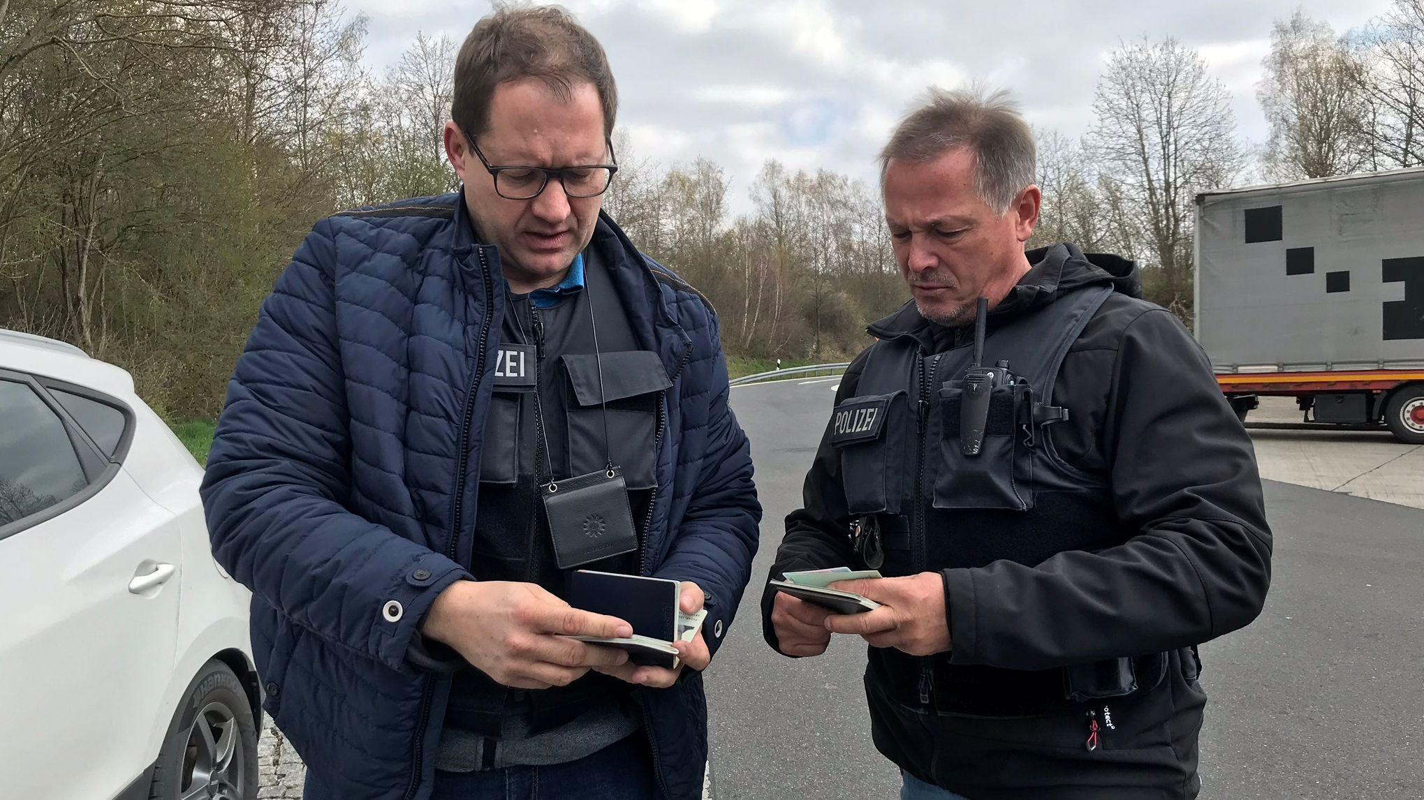 Die Schleierfahnder Thomas Dietz und Thomas Schneeberger