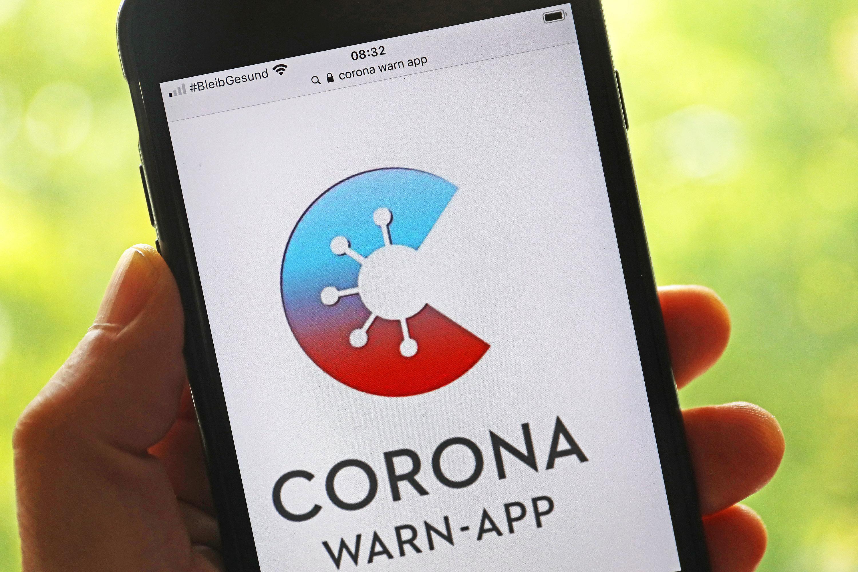 Die offizielle Corona-Warn-App ist auf einem Smartphone zu sehen.