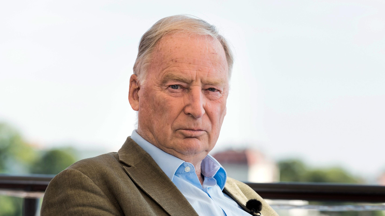 """Alexander Gauland der Fraktionsvorsitzende der AfD, unterhält sich mit Walde, Journalist, während des """"Berlin direkt"""" ZDF-Sommerinterviews."""