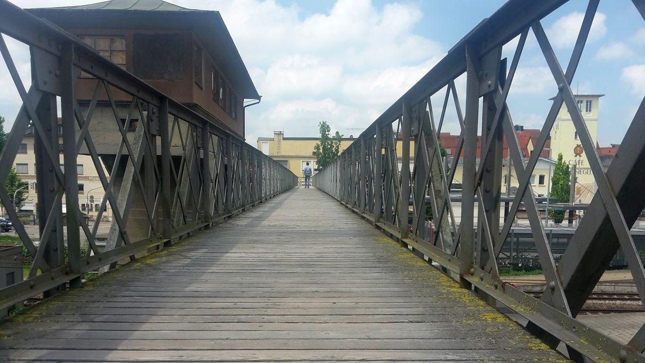 """Ein Mann geht auf den Holzplanken des """"Eiserne Stegs"""" in Memmingen"""